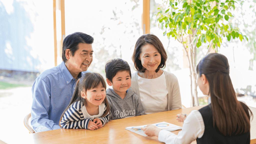 空き家の活用方法を相談している家族