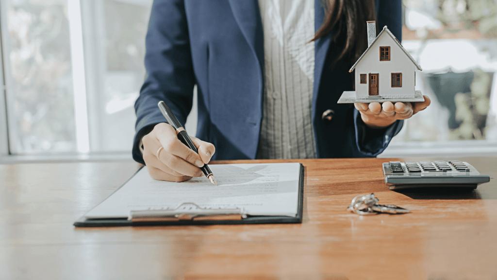 不動産投資の注意点を勉強する女性