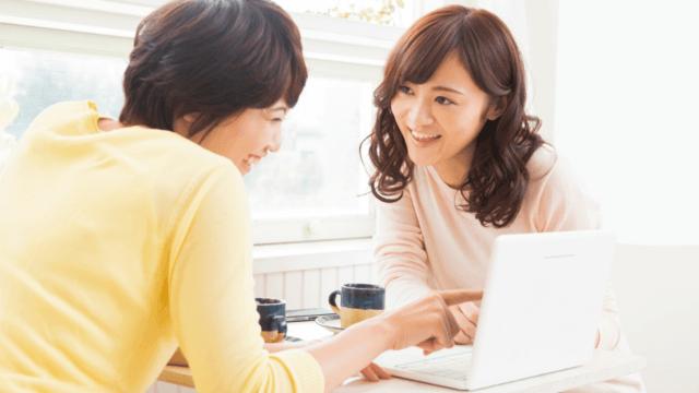 笑顔でパソコンを眺める女性2人