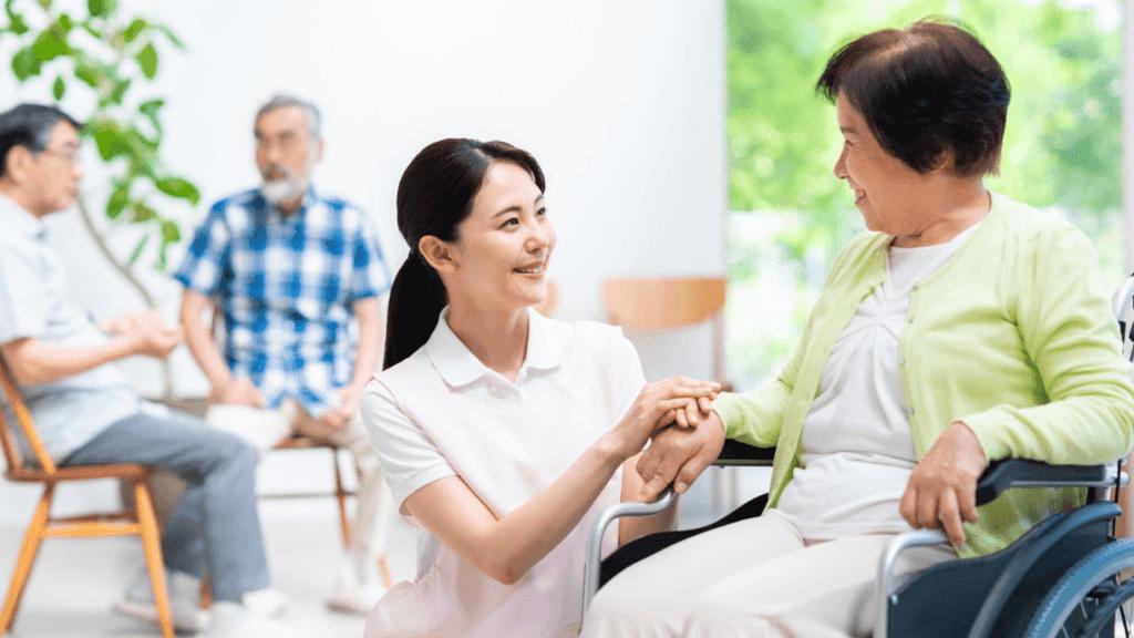 介護施設で笑顔の女性
