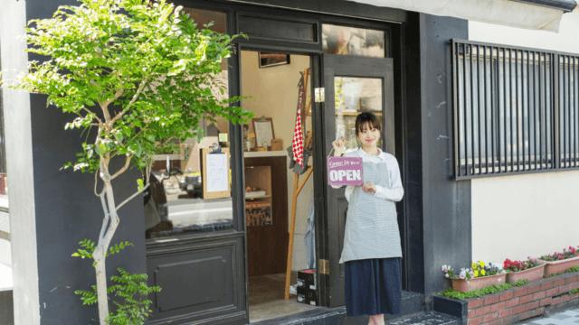 お店を開店する女性