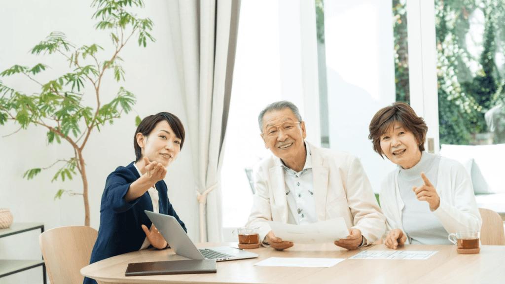 ビル物件の説明を受ける老夫婦
