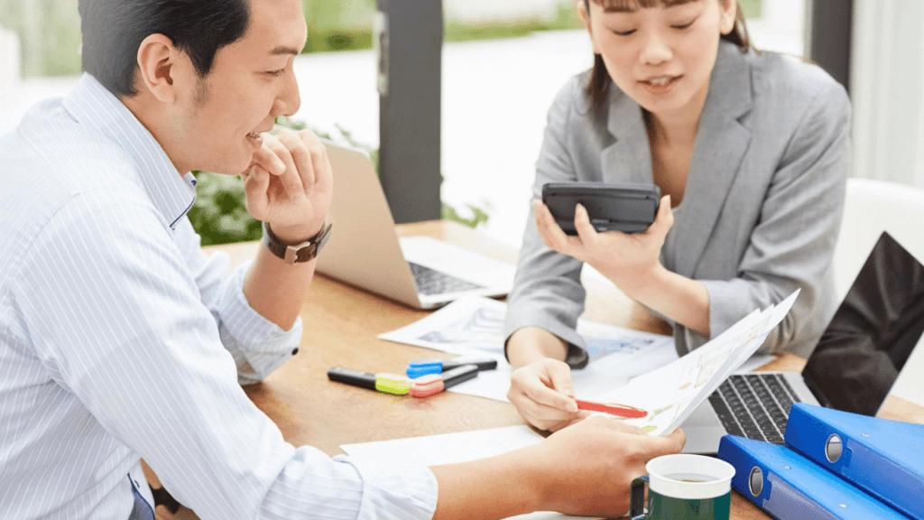 不動産の運用戦略を練る専門家