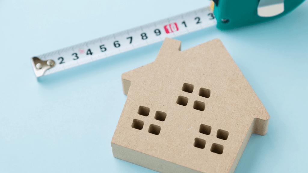 家の模型と測量機