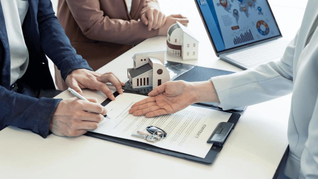 孤独死保険の契約をする不動産オーナー