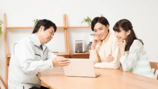 業者にリフォームの相談をする夫婦