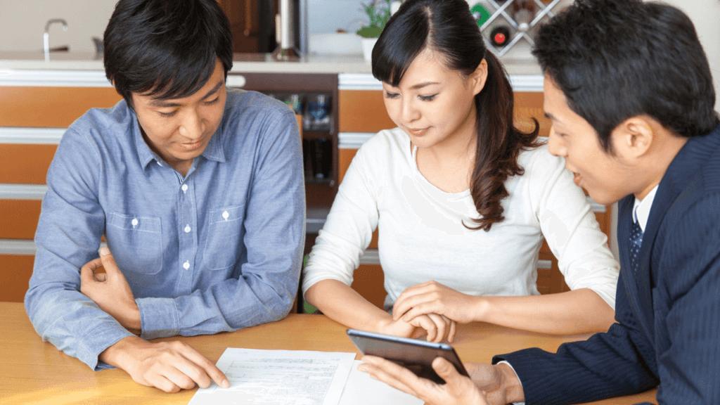 不動産投資セミナーで個別相談する夫婦
