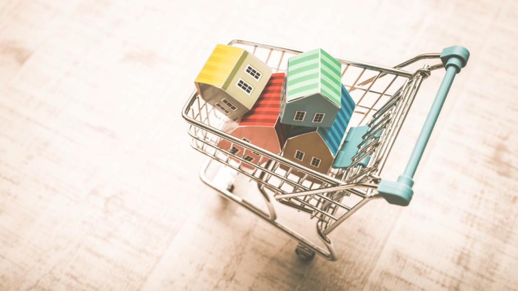 ショッピングカートに家の模型がたくさん入っている