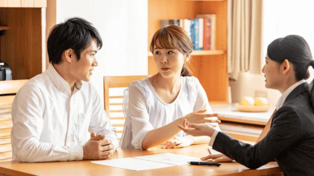 空き家になる実家の相談をする夫婦