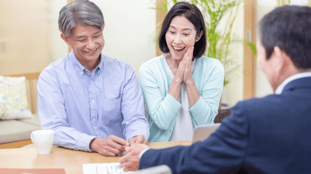 業者に査定を依頼する夫婦