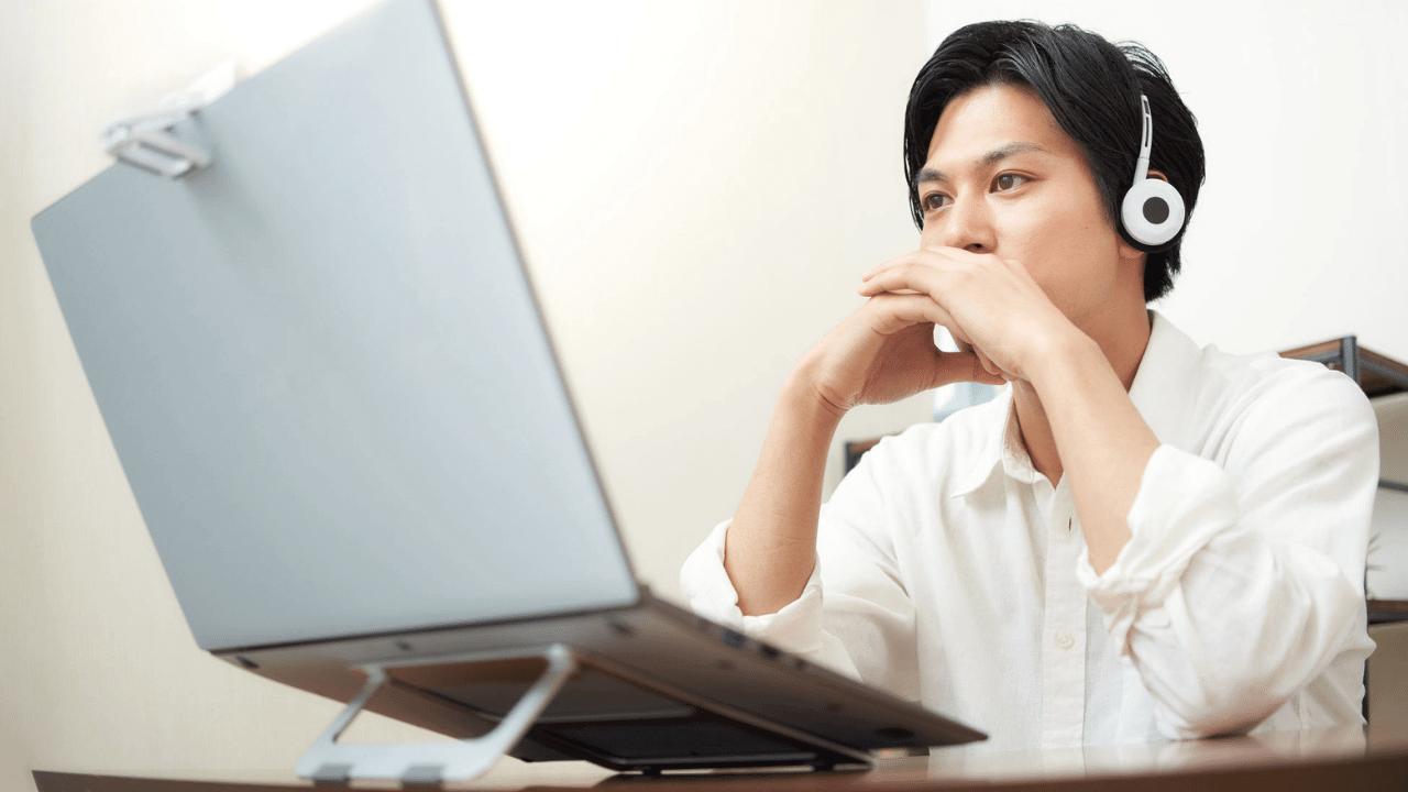 オンラインセミナーを受講する男性