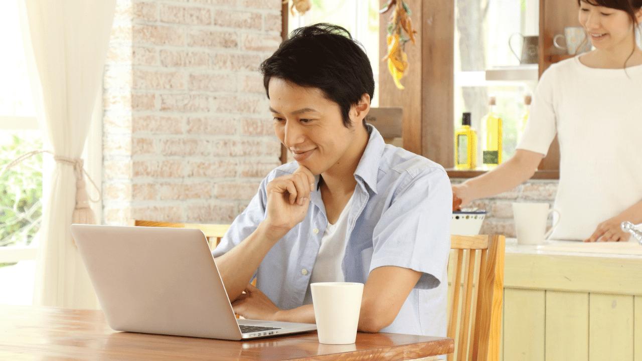 自宅で家賃収入を計算する公務員